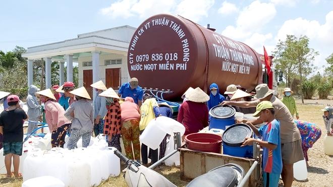 Bà con đang nhận nước ngọt sinh hoạt ở xã Tân Điền, huyện Gò Công Đông (Tiền Giang)