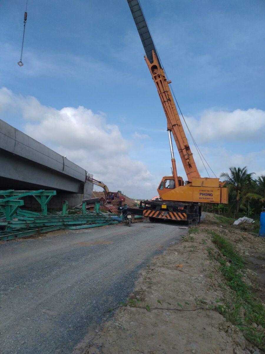 Gác dầm bằng xe cẩu chuyên dụng 80 tấn – Thuận Thành Phong
